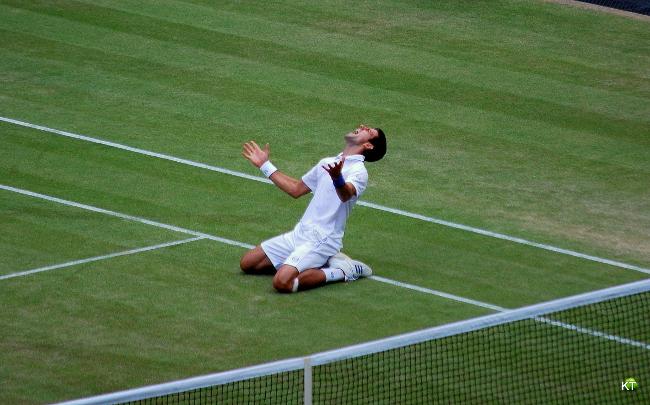 Novak Djokovic świętuję zwycięstwo w półfinale Wimbledonu